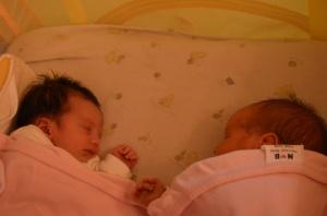 İkizler (Yenidoğan) aynı yatakta uyurken